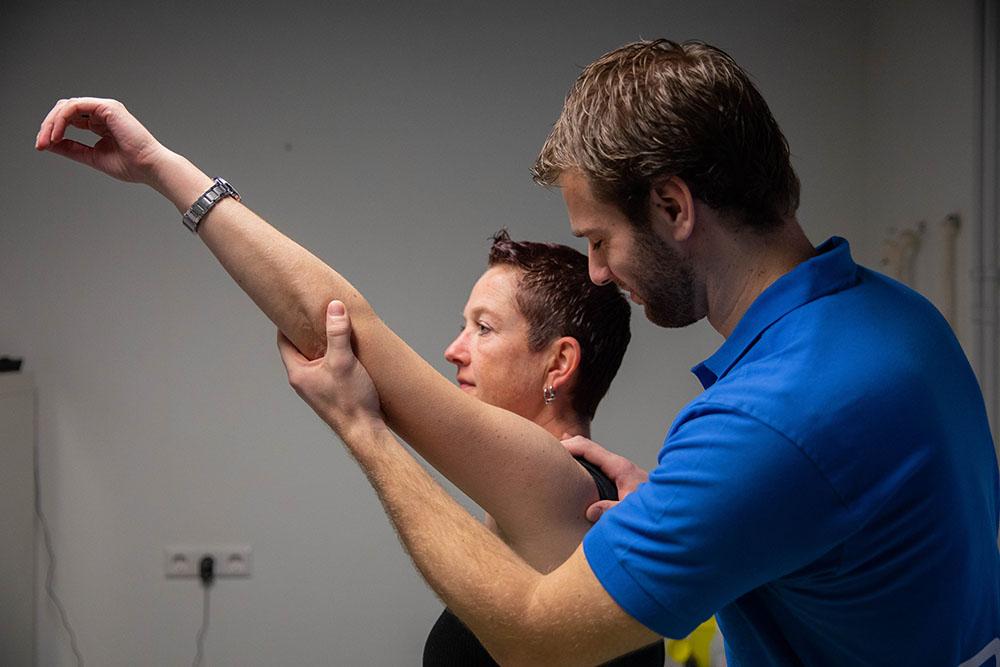 schouderklachten foto fysiotherapeut behandeld man actief&gezond