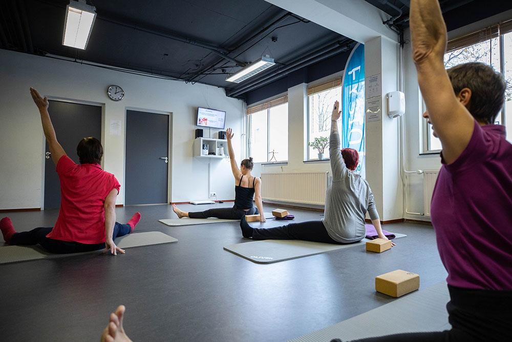 Yoga in fysiotherapie zaal in den haag